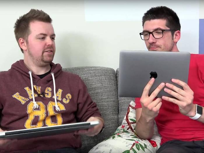 Alex und Jens mit dem neuen MacBook.