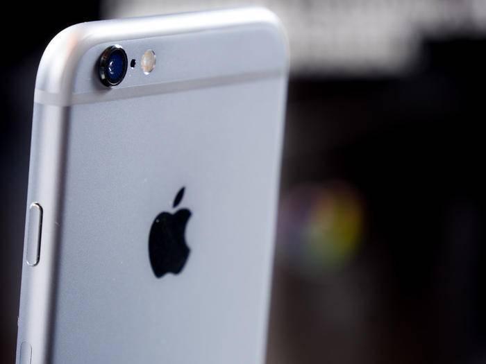 Beim iPhone 6s steht die Rückkamera noch deutlich hervor.