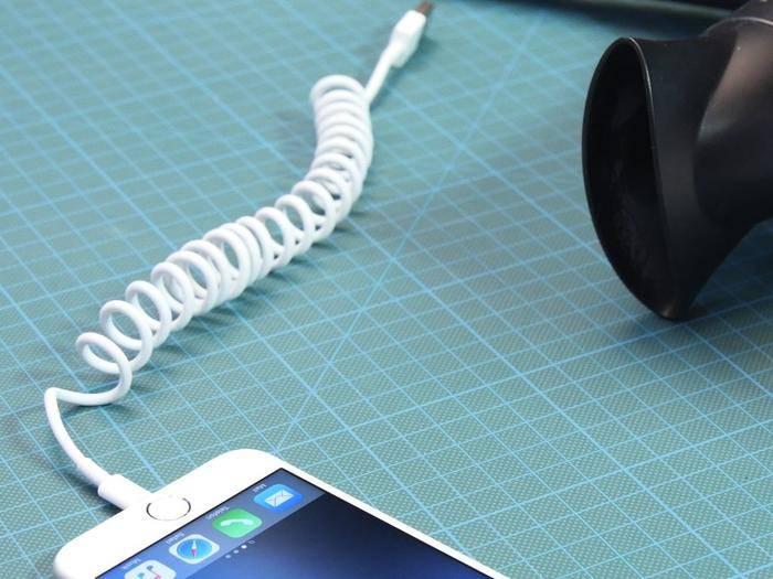 Spiralkabel können helfen, Ordnung auf dem Schreibtisch zu schaffen.