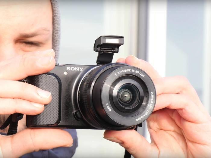 Viele Bridge- und Systemkameras besitzen einen integrierten Pop-up-Blitz.