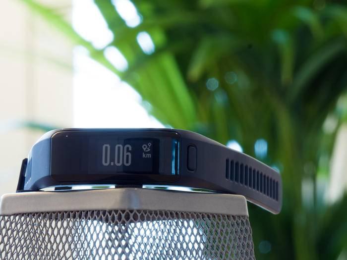 Das Vivosmart von Garmin kann jetzt auch den Puls messen.
