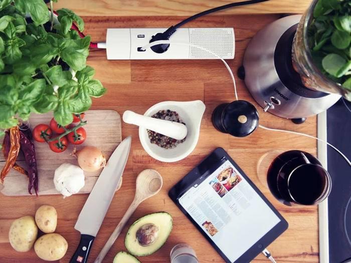 Auch in der Küche kann die smarte Kombi-Steckdose gute Dienste leisten.