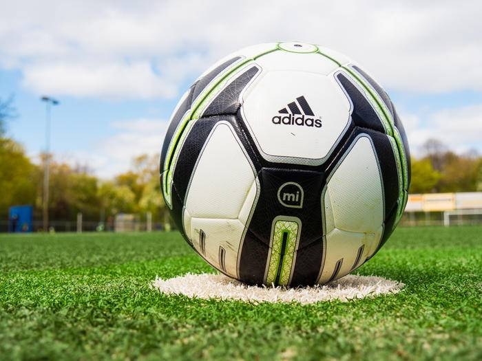 Der Adidas miCoach Smart Ball ist mehr als ein Fußball.