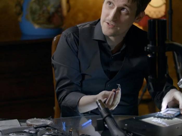 Edward Snowden zeigt im Interview, wie man ein Smartphone abhörsicher macht.