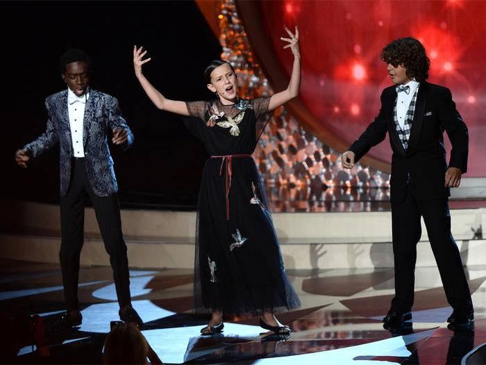 """Die """"Uptown Funk""""-Performance der """"Stranger Things""""-Stars bei den Emmys 2016 war eine echte Überraschung."""