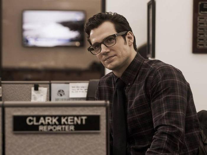 Mit seiner Brille auf der Nase wiegt sich Clark Kent in anonymer Sicherheit.