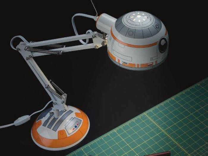 Der treue Droide BB-8 bewacht und beleuchtet den Schreibtisch.