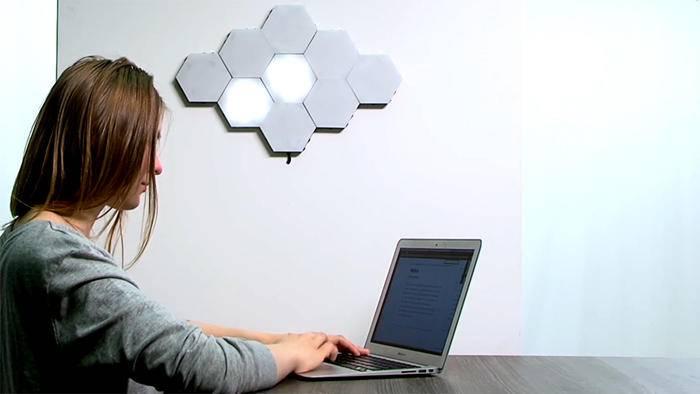 Leuchtende Waben an der Wand: Das LED-Beleuchtungssystem Helios Touch ist beliebig erweiterbar.