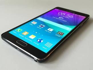 Mit einer Bildschirmdiagonale von 5,7 Zoll übertrifft das Galaxy Note 4 selbst das iPhone 6 Plus.