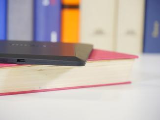 Im Vergleich zu Büchern ist der Reader deutlich flacher.