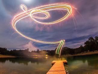 Calder Wilson malt per Feuerwerk und Drohne.