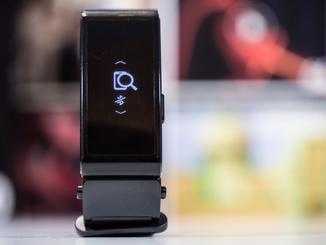 ... eine praktische Smartphone-Finder-Funktion mit.