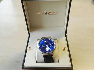Die Huawei Watch kommt in einer äußerst edlen Verpackung daher.