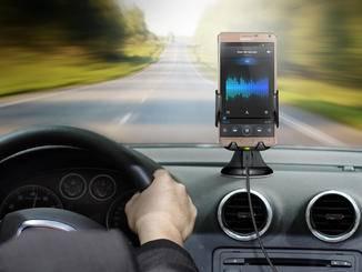 Das induktive KFZ-Ladegerät ist für die Navigation ein wichtiger Helfer.
