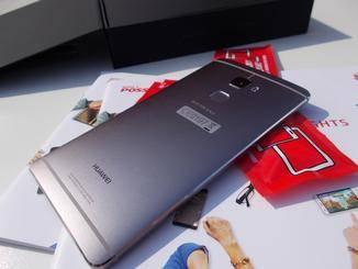 Von hinten erinnert das Gerät ein wenig an das HTC One M9.