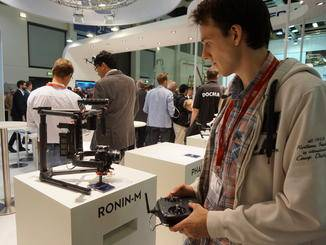 Kameramann Christian checkt bei DJI schonmal die neueste Technik.