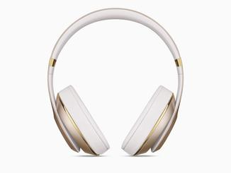 Wer auffallen möchte, liegt mit den weiß-goldenen Kopfhörern richtig