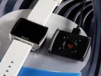 Aufgeladen wird die Basis Peak über eine Schale und ein USB-Kabel.