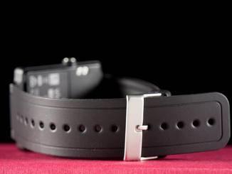 Das Armband wird wie bei einer Uhr verschlossen und ist austauschbar.