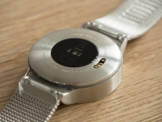 Auf der Rückseite der Huawei Watch gibt es neben dem Pulssensor vier Pins....