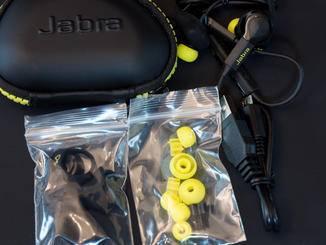 Die Kopfhörer haben viel Zubehör im Gepäck...