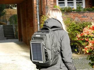 So kann im Alltag das Smartphone oder Tablet mittels Rucksack aufgeladen werden.