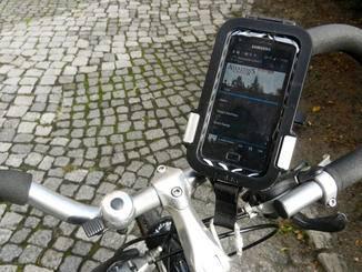 ... und kann einfach am Fahrradlenker angebracht werden.