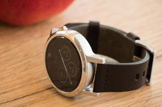 Die Smartwatch wirkt im positiven Sinne unauffällig...
