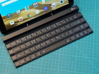 Tablets bis zu einer größen von 10 Zoll passen in die vorgesehene Halterung.