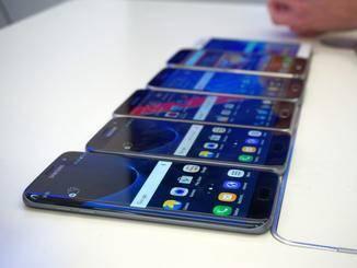 Das Galaxy S7 Edge (links) neben dem Galaxy S7 (2.v.l.) neben dem Galaxy S6 (3.v.l.).