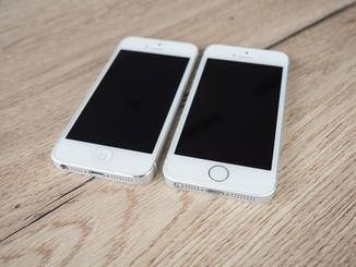 Links das iPhone 5 und rechts das iPhone SE mit Touch ID-Button.