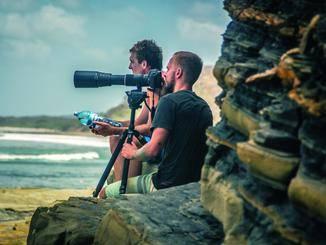 Der Fotograf Thomas Kosikowski wartet mit Vollformatkamera auf das richtige Licht.