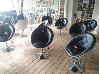 Jeder sitzt im VR Cinema auf seinem eigenen drehbaren Sessel.