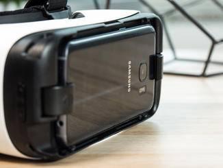 So liegt das Smartphone auf der Gear VR. Am Ende ergänzt man noch eine Schutzklappe.