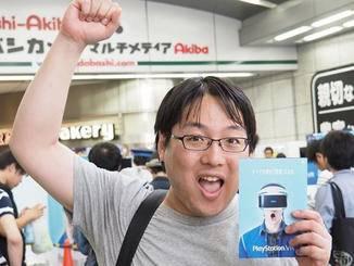 Ein glücklicher Gamer mit seiner Pre-Order-Karte.