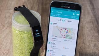 Mit dem Smartphone verbunden, zeichnet der Tracker Laufstrecken auch per GPS auf.