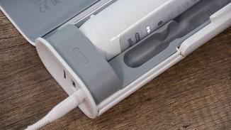 Darüber hinaus ist ein portables Ladegerät enthalten, ...