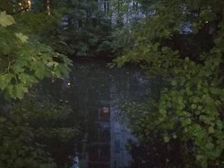 Nachtaufnahmen funktionieren im Grunde nur mit Blitz und haben dann eine grausige Qualität.