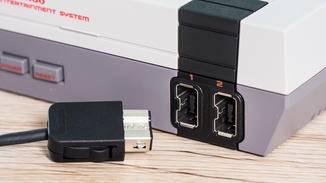 Auf der Vorderseite sind die Power- und Reset-Tasten angebracht sowie Anschlüsse für zwei Controller.