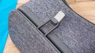 Über ein Gummiband bleibt das Smartphone in der Fassung.
