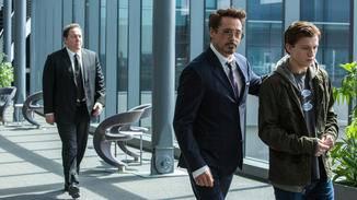 Iron Man (Robert Downey Jr., m.) nimmt den jungen Peter Parker (Tom Holland, r.) unter seine Fittiche.