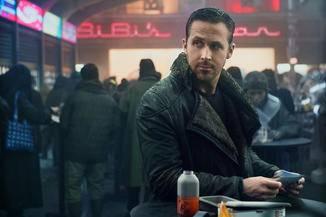 Gosling spielt den Blade Runner K, hier in einer offenbar gut gefüllten Bar.