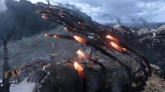 Mit Feuer wollen die Soldaten den Monsterechsen den Garaus machen.