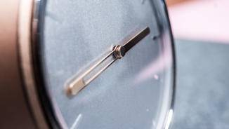 Die Zeiger zeigen nicht nur die Uhrzeit, sondern auch den Tagesfortschritt an.
