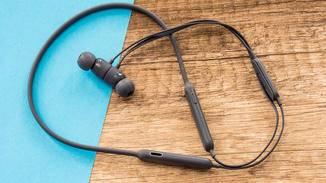 Die Ohrhörer des Beats X halten magnetisch zusammen.