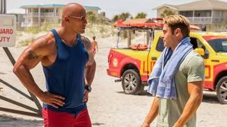 """Mitch Buchanan (Dwayne Johnson) und Matt Brody (Zac Efron) haben in """"Baywatch"""" einen holprigen Start."""