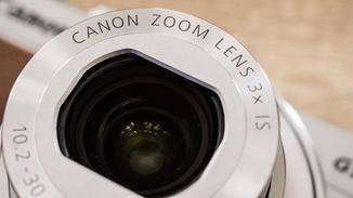 Das 3-fach-Zoomobjektiv bietet eine maximale Blende von f/2.0 im Weitwinkel.