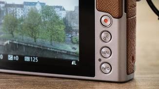 Einstellungen innerhalb der Modi werden entweder über den Touchscreen oder die Buttons ....