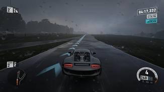 Wer im Regen ins Schliddern gerät, muss dosiert bremsen.