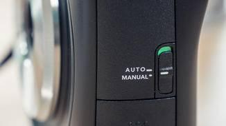 Der kleine Regler macht die Fujifilm Instax Square SQ10 auf Wunsch zur reinen Sofortbildkamera – oder eben auch nicht.
